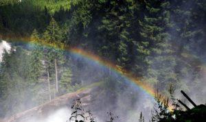 Duga koja se stvara prelamanjem sunčeve svetlosti na kapljicama Krimlskog vodopada
